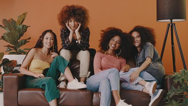 vídeos de stock e filmes b-roll de we're sitting down for some girl time - cabelo natural