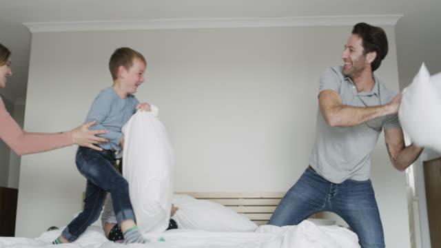 vidéos et rushes de nous sommes la famille amusante - jouer à la bagarre