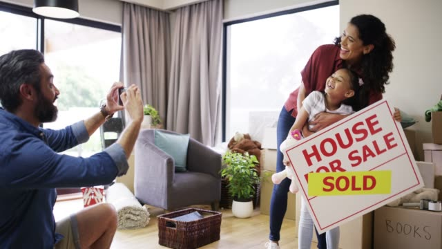 vidéos et rushes de nous sommes les fiers propriétaires! - immobilier
