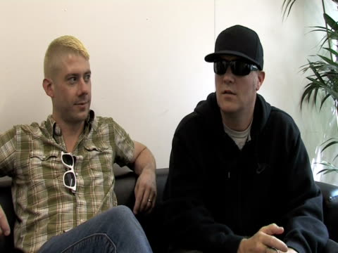 wes borland and fred durst, limp bizkit on british fans at the sonisphere day two at stevenage england. - お祭り好き点の映像素材/bロール