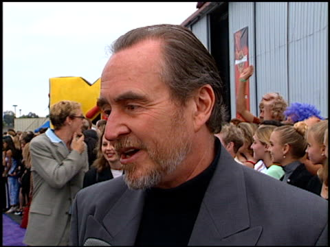 wes craven at the 1997 mtv movie awards at barker hanger in santa monica, california on june 7, 1997. - バーカーハンガー点の映像素材/bロール