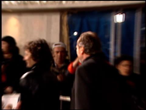 vídeos y material grabado en eventos de stock de wes craven at the 'jackie brown' premiere at the mann village theatre in westwood california on december 11 1997 - jackie brown película