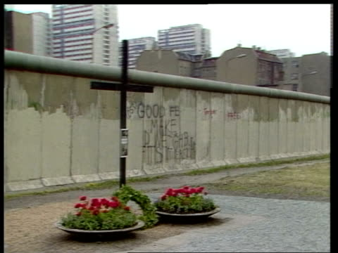 west berlin checkpoint charlie pan ronald reagan from car lr zoom in reagan gv wall track graffiti on wall lr cms east german block house beyond wall... - temporäre gedenkstätte stock-videos und b-roll-filmmaterial