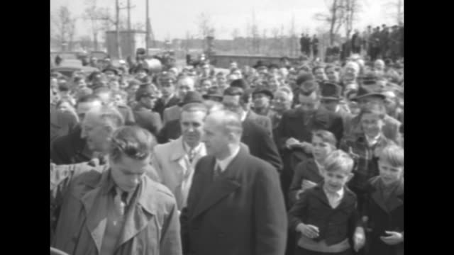 west german chancellor konrad adenauer's car comes to a stop and he stands before crowd / victory column; pan down to adenauer speaking at microphone... - 西ドイツ点の映像素材/bロール