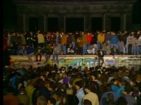 vídeos y material grabado en eventos de stock de west germans gather at the brandenburg gate to celebrate the fall of the berlin wall. - 1989