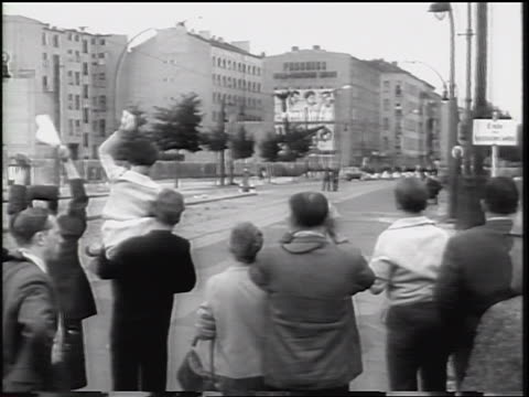 vídeos de stock, filmes e b-roll de west germans waving toward berlin wall at someone in east berlin / cold war - fronteira internacional