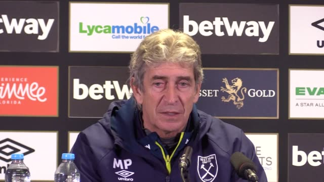 west ham manager manuel pellegrini press conference ahead of his sides home game against newcastle - conferenza stampa video stock e b–roll