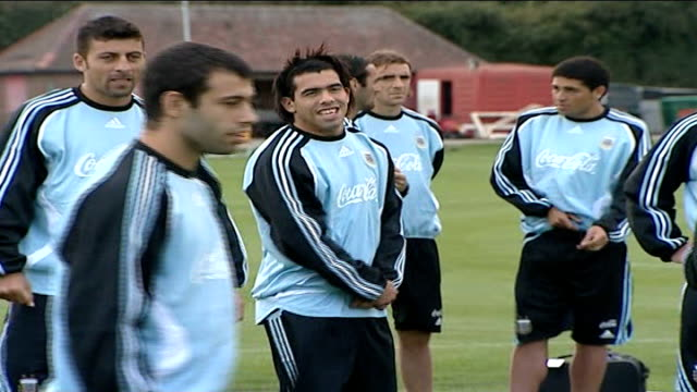 possible takeover england london ext members of argentina footbal squad stand around on training ground carlos tevez's standing on training pitch... - ウェストハム・ユナイテッドfc点の映像素材/bロール