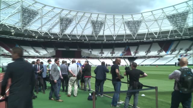west ham united at olympic stadium ext various shots of west ham footballers training on pitch with slaven bilic watching workers along in stadium /... - 記号点の映像素材/bロール