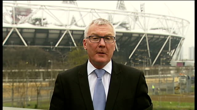 west ham united granted 99 year lease on the olympic stadium reporter to camera - 賃貸契約点の映像素材/bロール