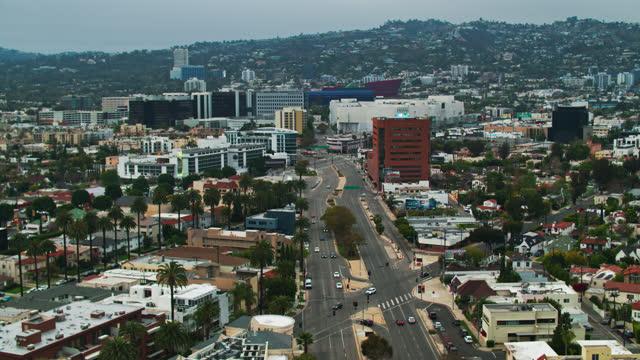 west hollywood sett från beverly hills, kalifornien - aerial - beverly hills california bildbanksvideor och videomaterial från bakom kulisserna