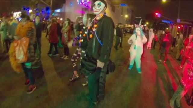 vídeos de stock e filmes b-roll de ktla west hollywood halloween carnaval - vestir se