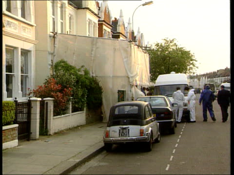 vídeos de stock, filmes e b-roll de west london fulham incident tent covering front of jill dando's house as police and forensic officers working beside ms forensic experts working - jill dando