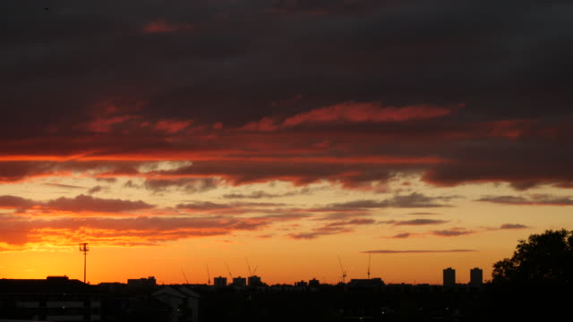 vidéos et rushes de west london skyline during sunset - toit