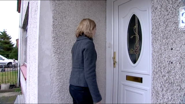 blackburn: ext semi-detached house where susan boyle lives margaret smith set-up shot with reporter / interview sot - スーザン ボイル点の映像素材/bロール