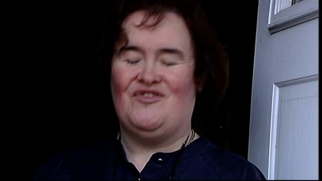 west lothian: blackburn: ext susan boyle waving to media from doorway of her house paparazzi susan boyle interviewed sot - i am a lot calmer... he... - スーザン ボイル点の映像素材/bロール