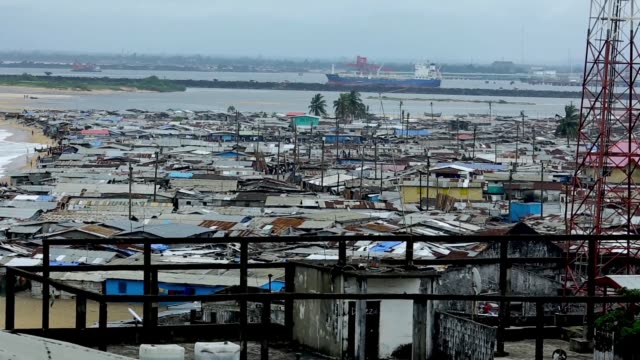 vídeos de stock, filmes e b-roll de west point peninsula is now quarantined. to contain the spread of ebola in the community the government of liberia is quarantining west point and... - febre hemorrágica
