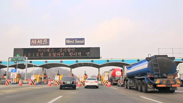 vídeos de stock e filmes b-roll de ws west seoul toll booth passing / seoul, south korea - escrita ocidental