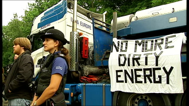 west sussex fracking site blocked by protesters; group of protesters singing anti-fracking song sot banner reading 'no more dirty energy' on truck... - protesta anti fracking video stock e b–roll