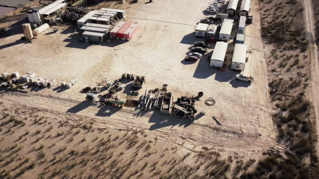 vidéos et rushes de west texas delaware river basin fracking forage au crépuscule, tir de drone - texas