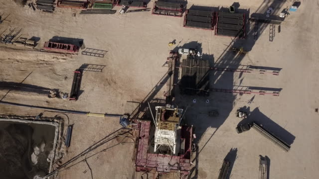vidéos et rushes de west texas delaware river basin fracking forage au crépuscule, tir de drone - gaz