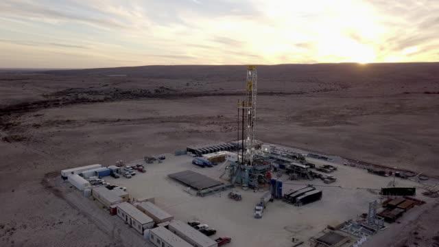 西テキサス州デラウェア川流域 fracking 掘削リグで夕暮れ、ドローン ショット - 石油産業点の映像素材/bロール