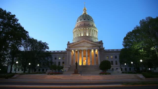 vídeos de stock, filmes e b-roll de west virginia state capitol - capitólio estatal