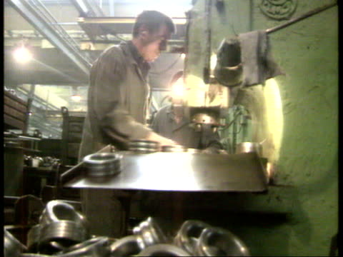 vidéos et rushes de western aid; ussr cms side worker working in factory ) tx.27.9.90 ? worker pushing trolley towards ) itn moscow cms kryuchkov giving intvw ) lib mat - ex urss