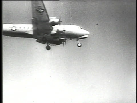 stockvideo's en b-roll-footage met / western allies organize berlin airlift to carry supplies to the people in west berlin in response to the soviet berlin blockade berlin airlift on... - geallieerde mogendheden