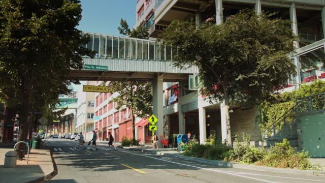 vídeos de stock, filmes e b-roll de western avenue, seattle - pike place market