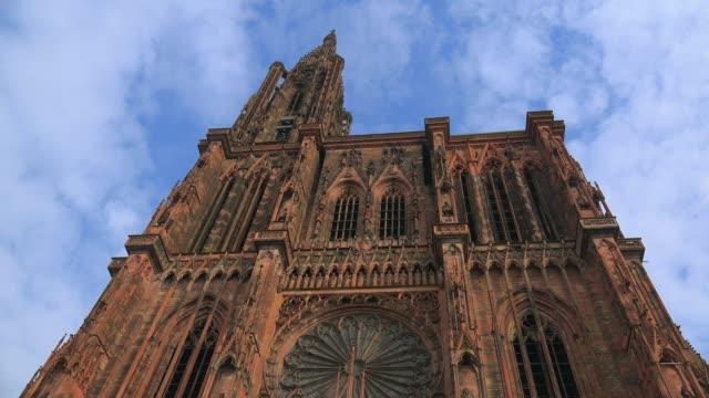 western facade of strasbourg cathedral, grande ile, unesco world heritage site, strasbourg, alsace, grand est, france, europe - straßburg stock-videos und b-roll-filmmaterial