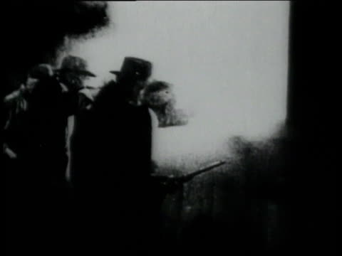 1906 montage western style movie shootout with crowds, horses / - anno 1906 video stock e b–roll
