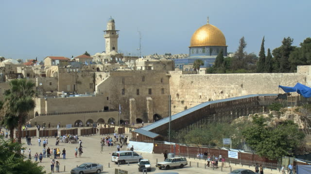 stockvideo's en b-roll-footage met ws ha western wall in old city of jerusalem / jerusalem, israel - orthodox jodendom