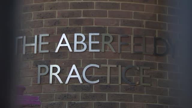 vídeos y material grabado en eventos de stock de westferry printworks construction site gvs england london tower hamlets poplar ext gvs of the aberfeldy practice - árbol de hoja caduca