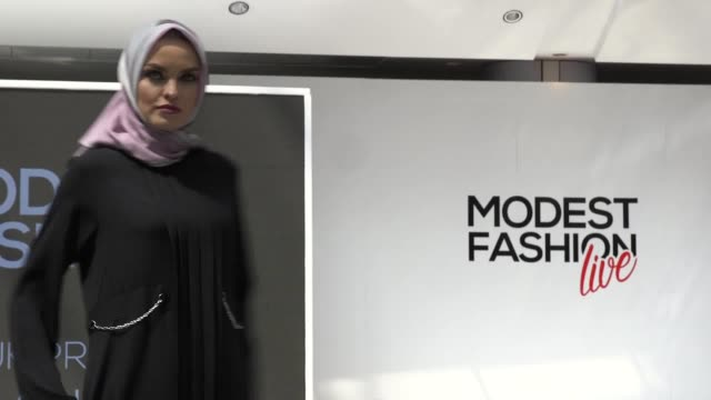 vídeos de stock, filmes e b-roll de westfield london showcases new modest wear collections including abayas hijabs gowns and kimonos from brands like hijup uk and aspinal of london - vestimenta religiosa