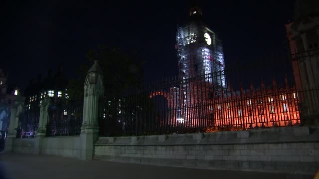 further allegations emerge westminster close shot parliament fence wide shot new palace yard with big ben behind pull focus london eye behind fence... - victoria tower stock-videos und b-roll-filmmaterial