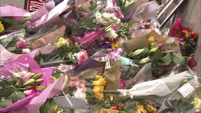 khalid masood background / police investigation london westminster police officers looking at floral tributes floral tributes police officers looking... - victoria tower stock-videos und b-roll-filmmaterial