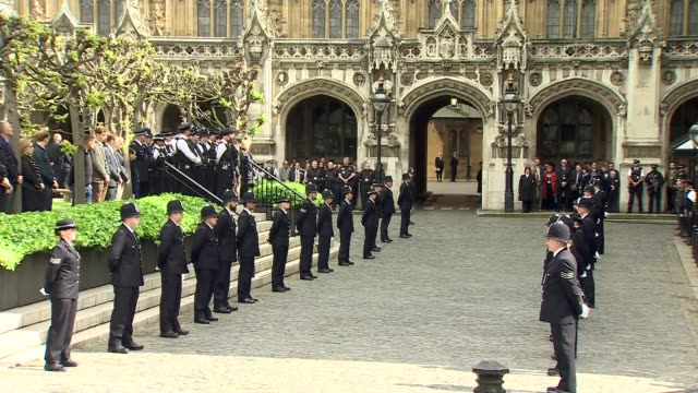 vídeos de stock e filmes b-roll de funeral of pc keith palmer: funeral procession leaving westminster; england: london: westminster: ext palace of westminster / police escort marching... - soletrar