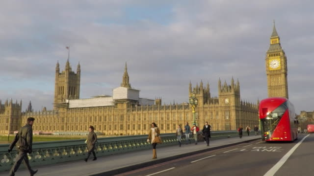 vídeos de stock, filmes e b-roll de westminster bridge driving plate - big ben