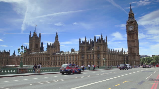vídeos de stock e filmes b-roll de westminster bridge with the houses of parliament in the background, london, england, united kingdom - big ben