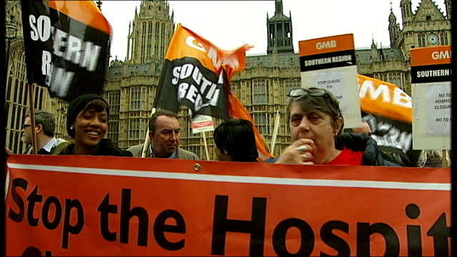 vídeos de stock, filmes e b-roll de westminster care bill demonstration england london westminster ext care bill demonstration / various protesters holding placards and signs / image of... - stop placa em inglês