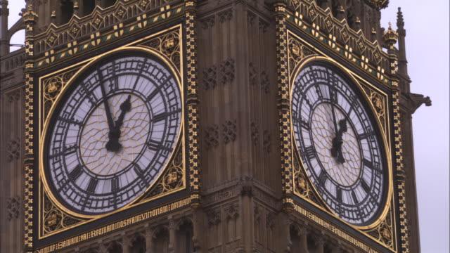 vídeos y material grabado en eventos de stock de cu, westminster clock, london, england - international landmark