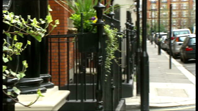 vídeos de stock, filmes e b-roll de westminster councils looks at requests for royal wedding street parties london close shot ivy on fence pan to gv glentworth street - trepadeira