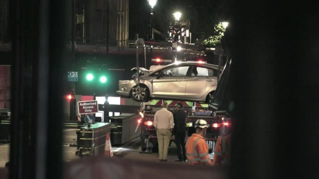 westminster crash suspect named as salih khater uk london car being removed from scene at night london westminster various of car being lifted onto... - シティ・オブ・ウェストミンスター点の映像素材/bロール