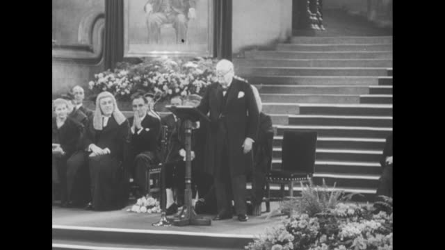vídeos de stock, filmes e b-roll de wv westminster hall filled with people light shining through large window / churchill standing next to lectern on platform gives speech / wv hall... - primeiro ministro