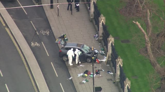 five dead and at least 40 injured air view forensic officers examining car on pavement near houses of parliament pull out - terrorism bildbanksvideor och videomaterial från bakom kulisserna