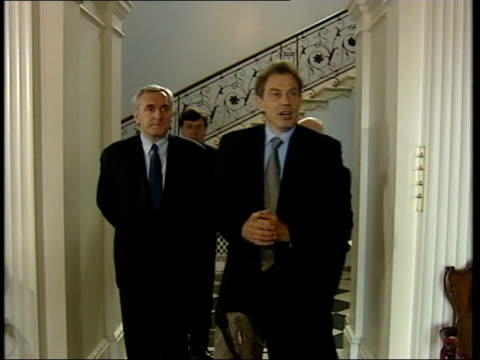 weston park talks itn england staffordshire weston park int prime minister tony blair mp and irish prime minister bertie ahern along to mikes - バーティ アハーン点の映像素材/bロール