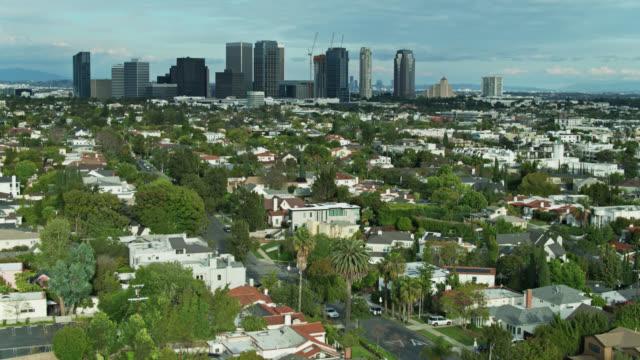 westwood, los angeles med century city skyskrapor - flygfoto - beverly hills california bildbanksvideor och videomaterial från bakom kulisserna