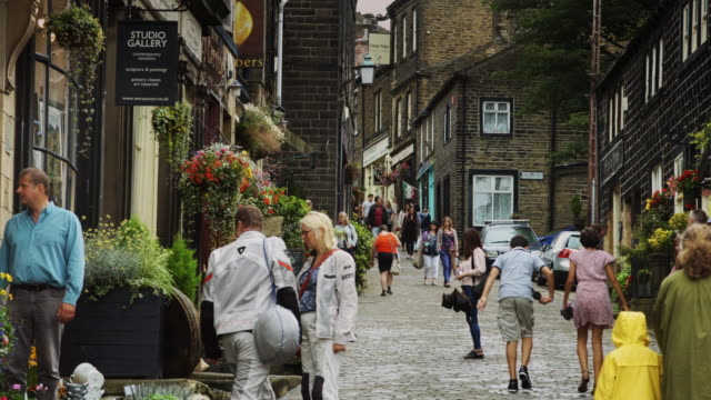 stockvideo's en b-roll-footage met wet day in yorkshire village - kassei
