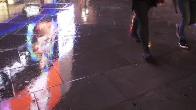 Chaussée humide réfléchissant la lumière de la ville